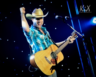 Dustin Lynch wraps up his show